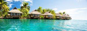 Voyage dépaysant en Polinésie française, maisons sur pilotis